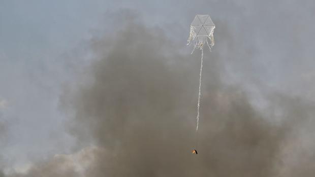 Una cometa con un cóctel molotov durante los enfrentamientos en Gaza