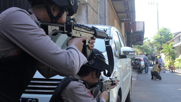 La Policía apunta a un hombre buscado tras una explosión en Surabaya