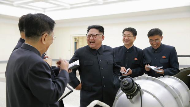 El dictador norcoreano Kim Jong-un ante un arma nuclear, en una imagen de archivo