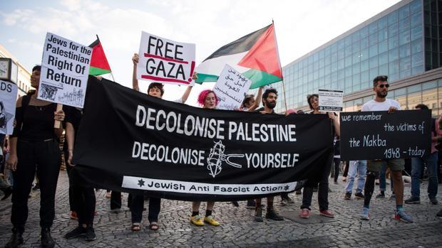 Un grupo de palestinos protestan contra el traslado de la embajada de EE.UU. a Jerusalén