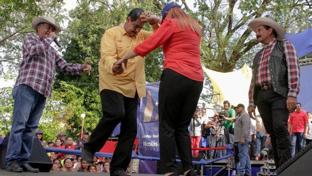 Nicolás Maduro y Cilia Flores bailan durante la campaña