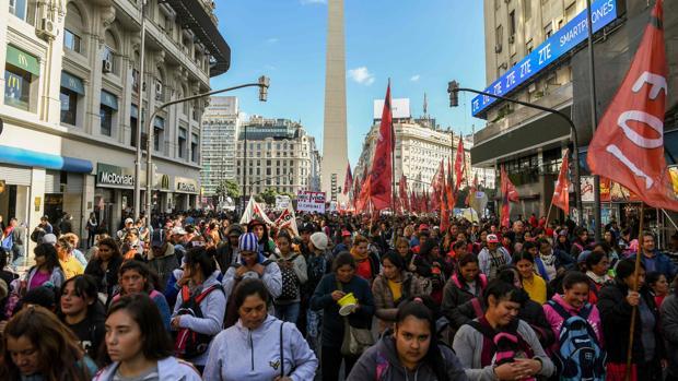 Miembros de organizaciones de izquierda se manifiestan contra el aumento de las tarifas de servicios públicos y las negociaciones del gobierno con el Fondo Monetario Internacional (FMI)