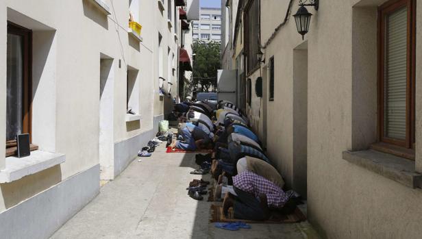 Los musulmanes rezan durante el mes sagrado musulmán de Ramadán en una mezquita en París