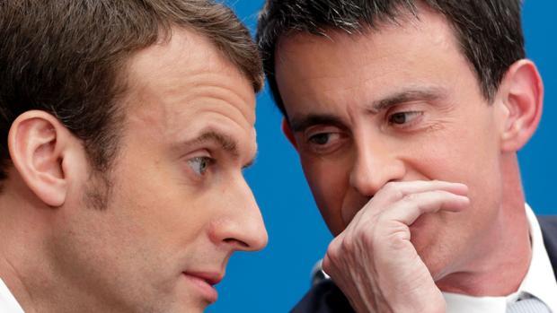 El exprimer ministro francés Manuel Valls dialoga con el presidente de Francia, Emmanuel Macron