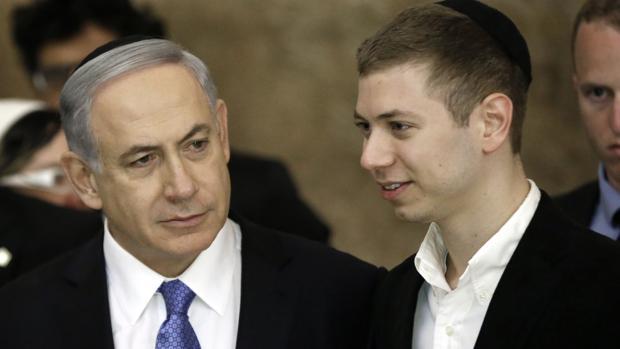 El primer ministro israelí, Benjamín Netanyahu, junto a su hijo, Yair Netanyahu