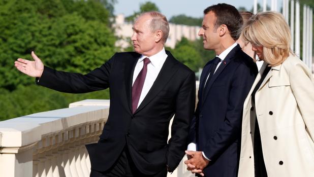Vladimir Putin, con Emmanuel Macron y su esposa Brigitte en San Petersburgo