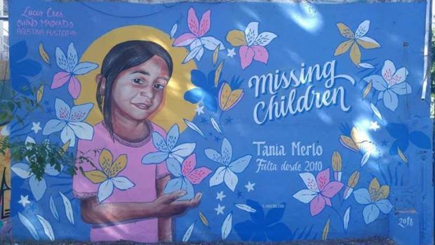 Mural con la imagen de uno de los menores desaparecidos, Tania Merlo