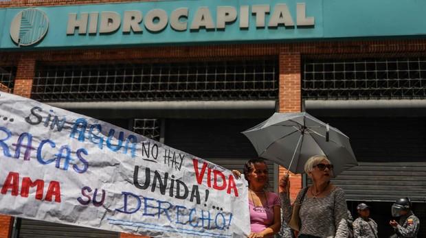 Manifestantes participan en una protestra por falta de servicio de agua