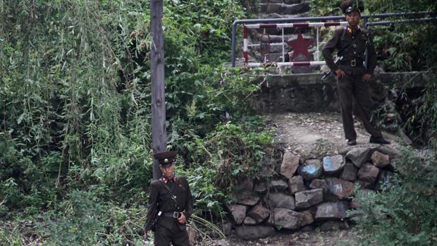 Soldados norcoreanos vigilan la frontera con China en el río Yalu a su paso por Dandong