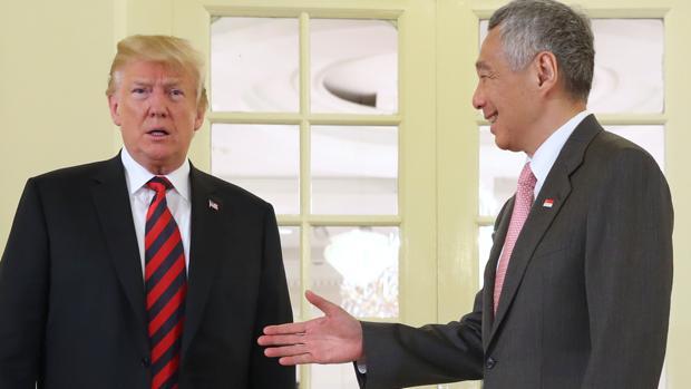 Donald Trump con el primer ministro de Singapur, Lee Hsien Loong