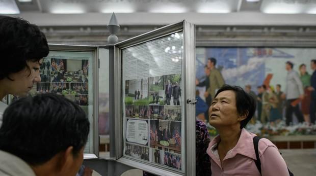 Ciudadanos norcoreanos miran con sorpresa las informaciones de la cumbre en Singapur