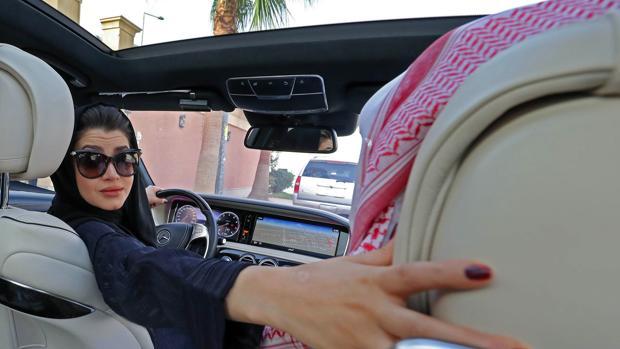 Una saudí practica la conducción en Riad