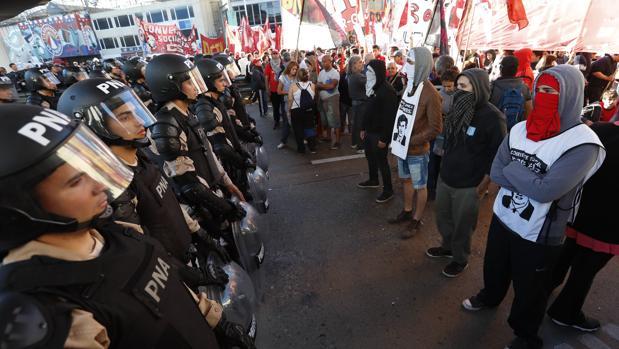Miembros de la Policía Nacional Argentina intentan controlar una manifestación del 6 de abril de 2017 en un puente de acceso a Buenos Aires (Argentina)