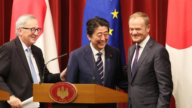 Los líderes de la UE y el primer ministro japonés Shinzo Abe firman el acuerdo de Asociación Económica entre la UE y Japón