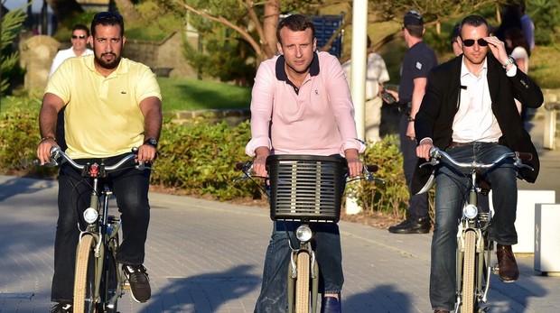 Alexandre Benalla a la izquierda, con Macron (centro)