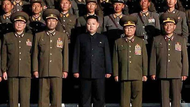 El militar Kim Yong-chun posa a la derecha del líder norcoreano, Kim Jong-un (centro)