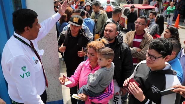 Decenas de venezolanos hacen cola para tramitar el permiso temporal para quedarse en Perú