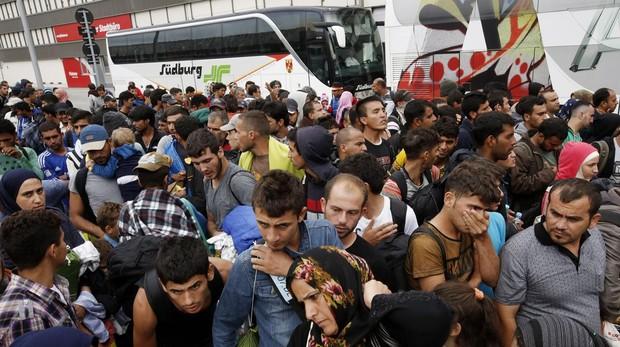 Un gran grupo de inmigrantes llegan a Austria desde Hungría