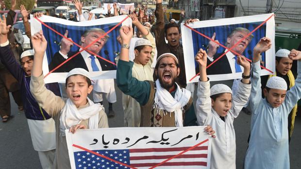 Manifestantes paquistaníes participan en una protesta contra los recortes de ayuda de Estados Unidos en Lahore