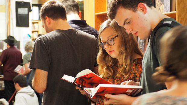 Las personas hacen cola para comprar el libro «Miedo» en una librería en Nueva York