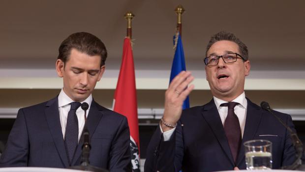 Heinz-Christian Strache (dcha) junto a Sebastian Kurz, el pasado diciembre