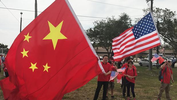 Un grupo de manifestantes antes de la reunión de Xi y Trump