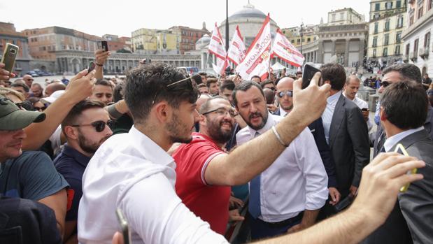 Salvini, rodeado de simpatizantes durante una reciente visiita a Nápoles