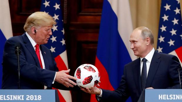 Donald Trump recibe de Vladímir Putin un balón durante la pasada cumbre de Helsinki, en julio