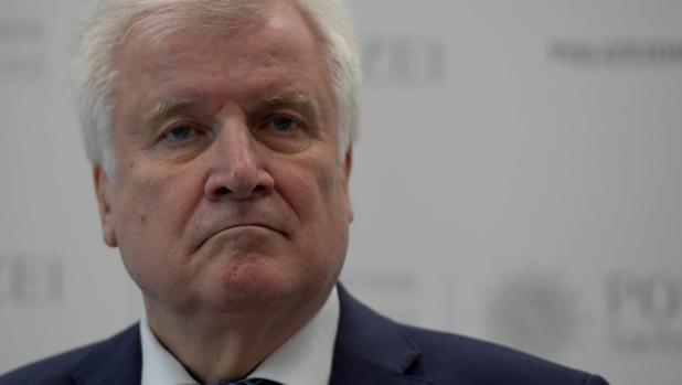 Seehofer dejará la dirección de la CSU, pero seguirá como ministro de Interior
