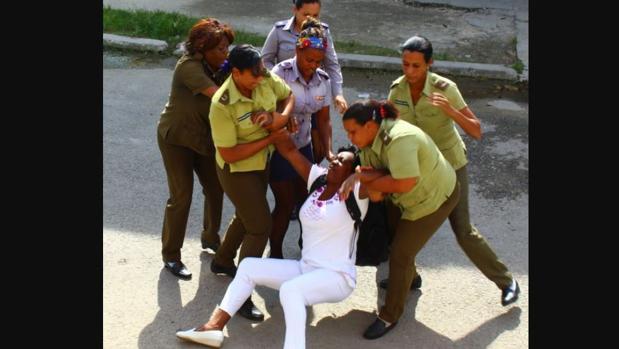 Berta Soler, en uno de los arrestos por las fuerzas de seguridad de Cuba