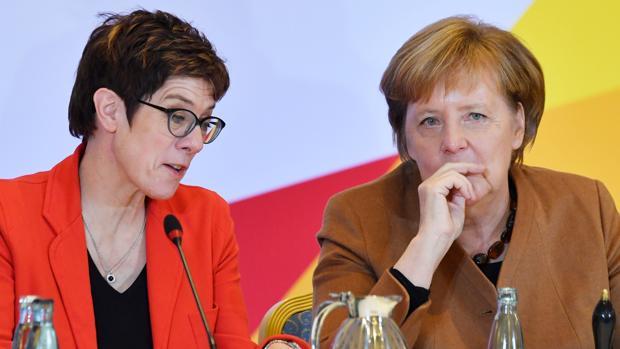 La canciller alemana y líder de la Unión Demócrata Cristiana (CDU), Angela Merkel (R), habla con la Secretaria General de la Unión Demócrata Cristiana (CDU), Annegret Kramp-Karrenbauer
