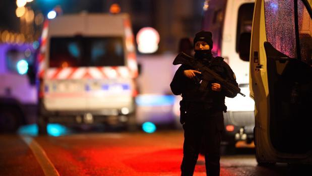 Un policía, en el barrio de Neudorf de Estrasburgo
