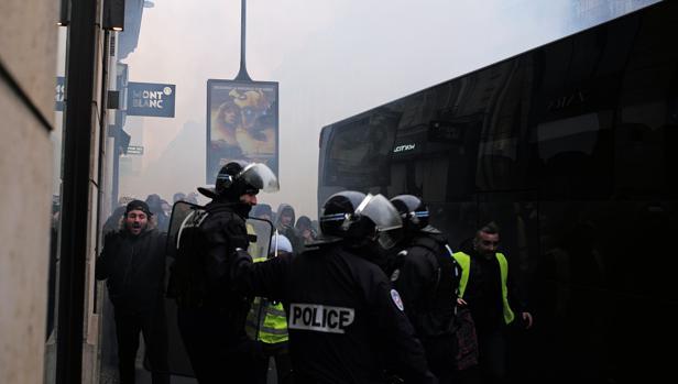 Batalla campal entre chalecos amarillos y antidisturbios en el lujoso barrio de Saint-Germain-des-Prés