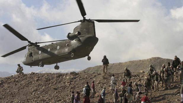 Un helicópero CH-47 Chinook del ejército estadounidense tomando tierra en Sarobi, Afganistán