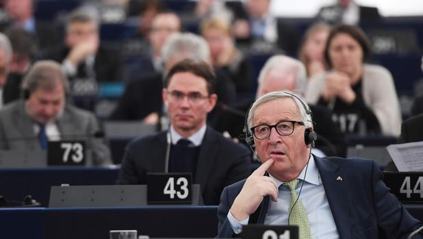 El presidente de la Comisión Europea, Jean-Claude Juncker, asiste a una ceremonia para conmemorar el vigésimo aniversario del lanzamiento del euro en el Parlamento Europeo