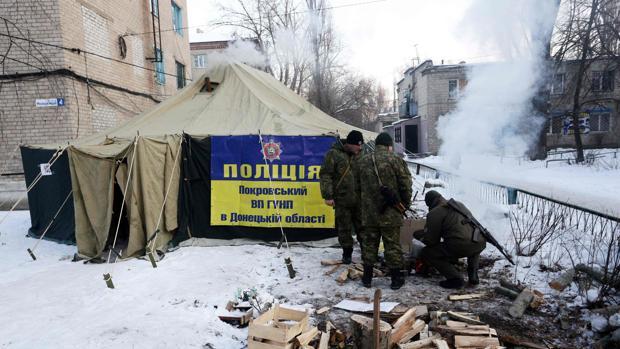 Soldados ucranianos se calientan con una hoguera en la región de Donetsk