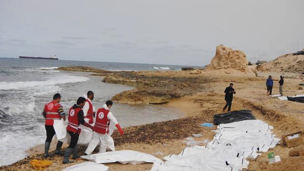 Imagen de archivo de varios cadáveres arrastrados hasta la costa de Libia