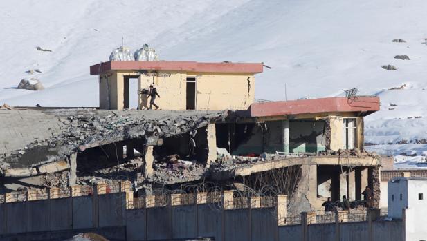 Edificio de la principal agencia de seguridad afgana, el Directorio Nacional de Seguridad, parcialmente destruido, este lunes en Wardak, Afganistán