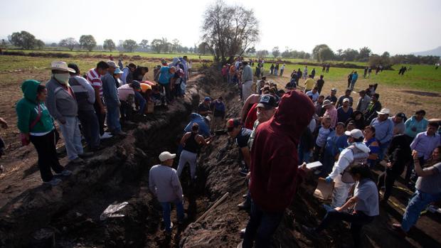 Pobladores de Tlahuililpan (México) buscan restos de los fallecidos en el sitio de la explosión en el oleoducto
