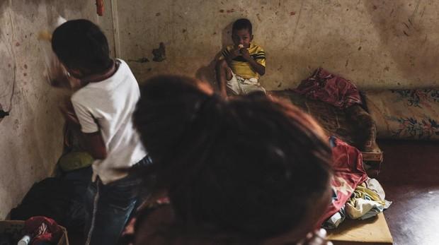 Maria del Carmen Martinez 25 años junto a sus dos hijos en el interor de su cuarto situado en el sector de la Parada en el municipio de Villa Rosario, a escasos metros del puente fronterizo internacional Simón Bolívar. María del Carme es de San Felipe Estado de Yaracui Venezuela. Sobrevive ahora trabajando como trochera