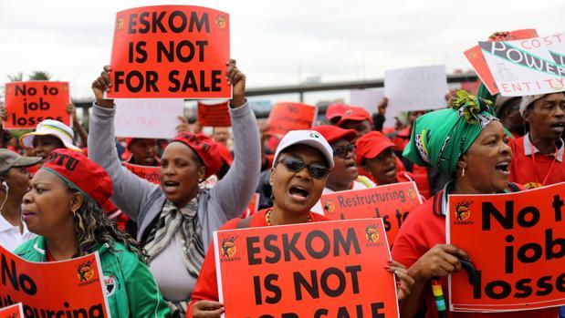 El motivo de la huelga es el anuncio del presidente Cyril Ramaphosa de que la compañía eléctrica Eskom se dividirá en tres partes, lo cual puede llevar a recortes en la plantilla