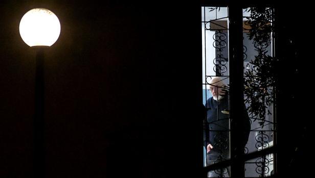 Tiziano Renzi, padre del ex primer ministro italiano Matteo Renzi, camina en el interior de su domicilio