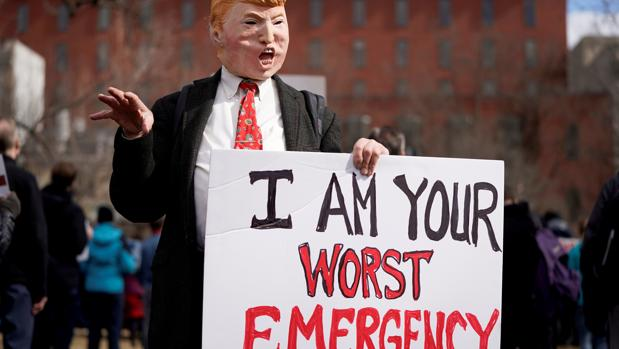 Un manifestante protesta fremte a la Casa Blanca