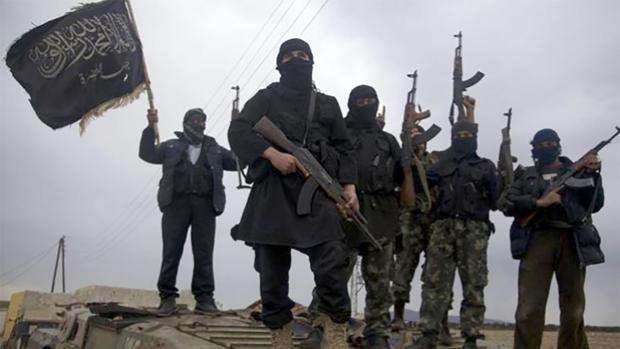 Yihadistas de Daesh sobre un carro de combate en Raqqa