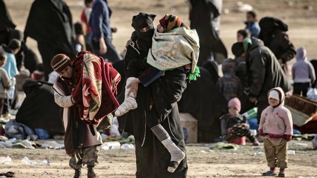Cientos de civiles que salieron del último bastión sirio del Daesh caminaron hacia un punto de detección para los recién llegados