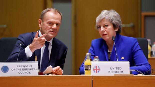 El presidente del Consejo Europeo, Donald Tusk, junto a la primera ministra británica, Theresa May