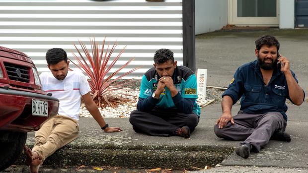 Personas se sientan en una acera tras el atentado en Masjid Al Noor , en Christchurch (Nueva Zelanda)
