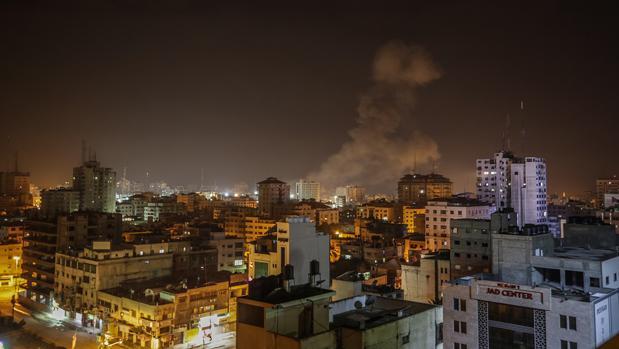 La ciudad de Gaza anoche durante los bombardeos