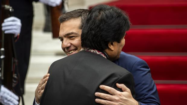 El primer ministro griego, Alexis Tsipras, abraza al presidente de Bolivia, Evo Morales