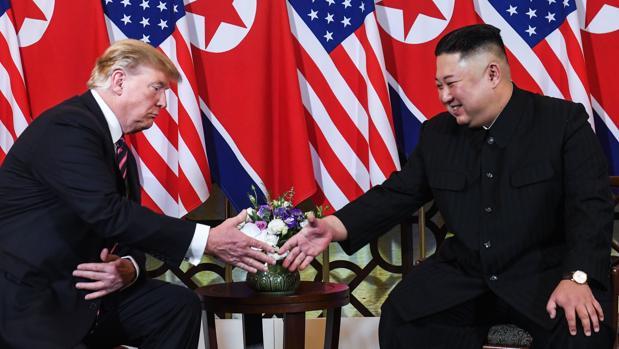 Donald Trump y Kim Jong Un, durante su encuentro en Hanói